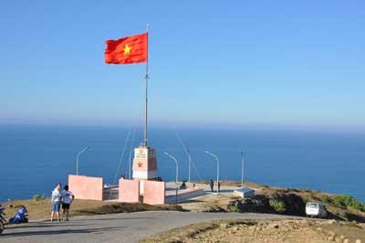 Cột cờ trên đỉnh Thới Lới