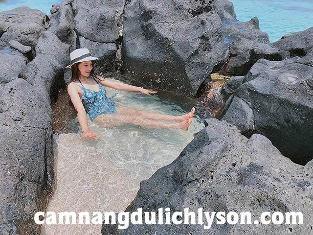 Đến Đảo Bé bạn sẽ thích thú được tắm trong làn nước trong veo, có thấy thấy san hô, cá, cua dưới đáy.