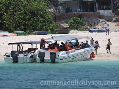 Tàu ca nô đảo Bé lúc ra về