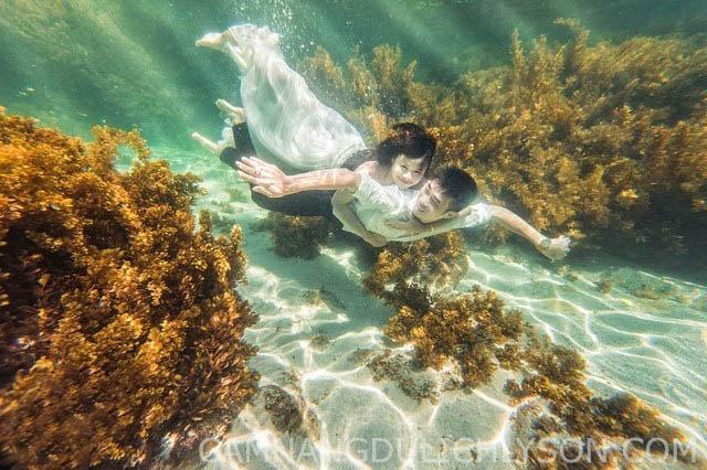 Hình ảnh chụp ảnh cưới dưới nước đầy sự lạ lẫm và cá tính của đôi bạn trẻ. Dưới nước trong veo của biển ở Đảo Bé Lý Sơn.