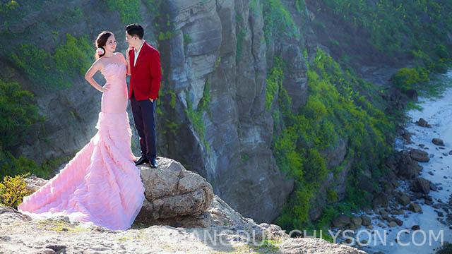 Cặp đội chụp ảnh cưới trên đỉnh của Hang Cau.