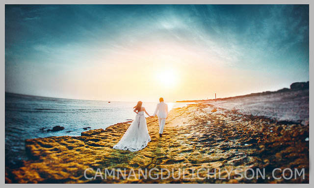 Cặp đôi dường như đang đi thẳng về phía chân trời. Ảnh cưới thể hiện sự mênh mông của thiên nhiên, của biển cả. Nguồn Rin wedding.