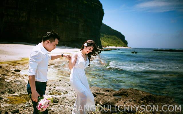 Vẻ đẹp hanh phú cặp đôi bên cảnh sắc đẹp của thiên nhiên tại Hang Cau Lý Sơn.