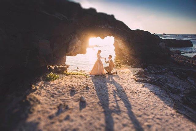 Ảnh cưới vô cùng lãng mạng của cặp đôi tại Cổng Tò Vò Lý Sơn