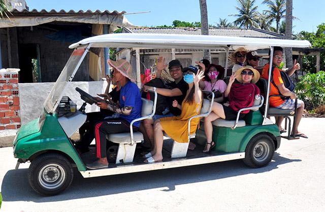 Di chuyển bằng xe điện khi du lịch ở đảo bé lý sơn