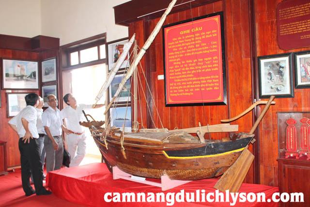 Mô hình thuyền dùng để đi Hoàng Sa được nghệ nhân Võ Hiến Đạt ở Xã An Vĩnh, Lý Sơn chế tác lại.