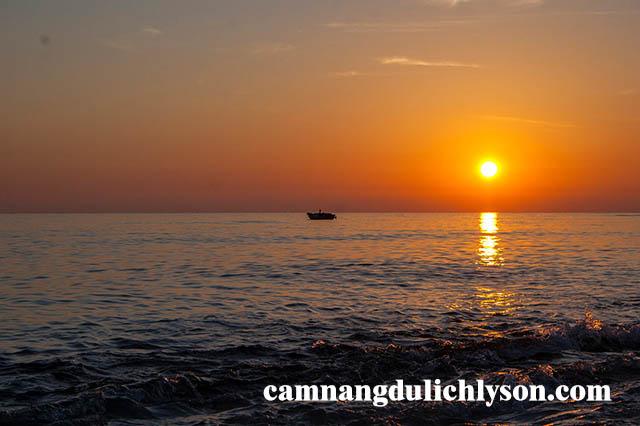Biển ở Hang Cau lúc bình minh như một bức tranh vẽ