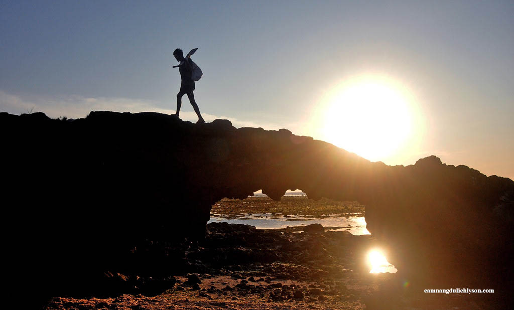 Ngư dân lặn ốc về trên Cổng Tò Vò Lý Sơn lúc sáng sớm