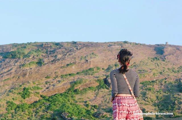 Cảnh thiên nhiên trên núi Thới Lới lúc bình mình lên nhẹ nhàng, bình an nhưng không kém phần hùng vĩ