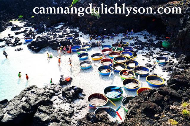 Điểm tập kết của các thuyền thúng ngắm nhìn san hô ở Bãi Sau Đảo Bé