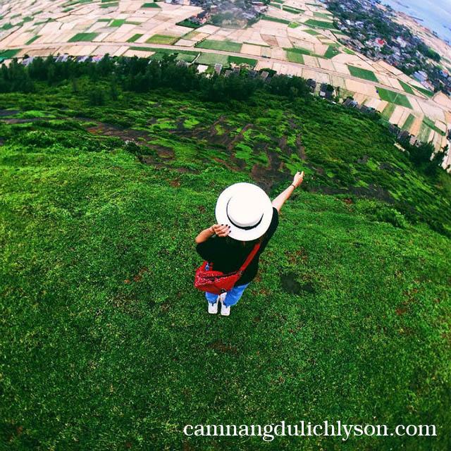 Rêu xanh phủ kín vào mùa thu Lý Sơn