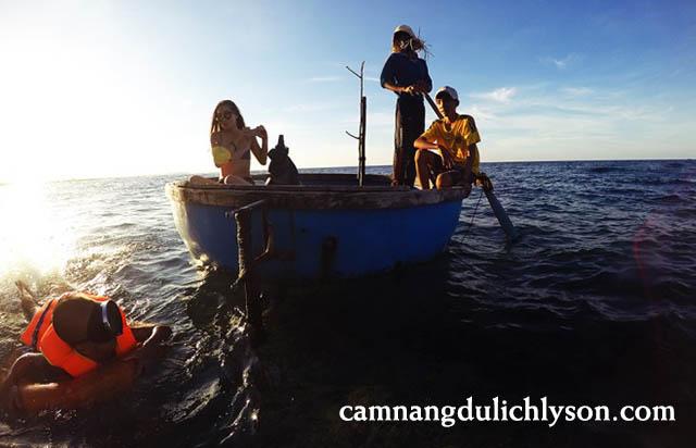 Thuyền thúng lặn san hô biển
