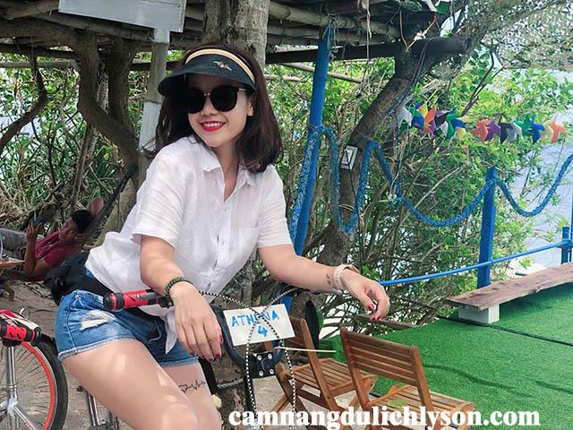 Ở Athena du khách có thể được mượn miễn phí xe đạp đôi để khám phá Đảo Bé