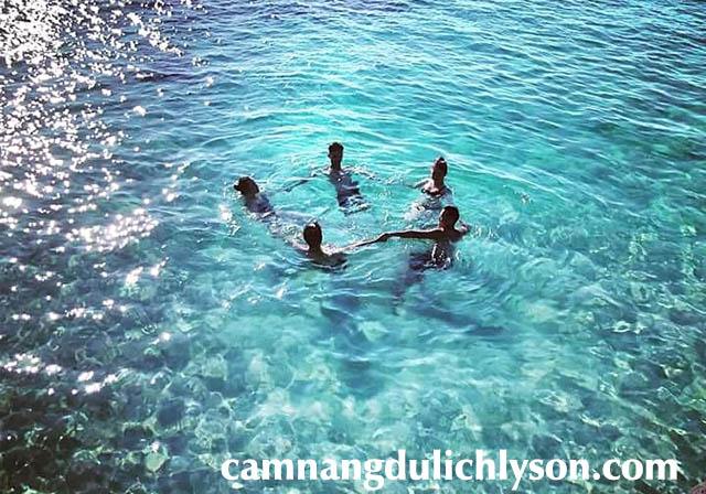Nước ở Bãi Sau Đảo Bé vô cùng trong xanh.