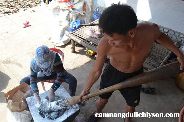 Luc giã lá gai người gân nơi đây dùng một cối đá và chày khổng lồ.