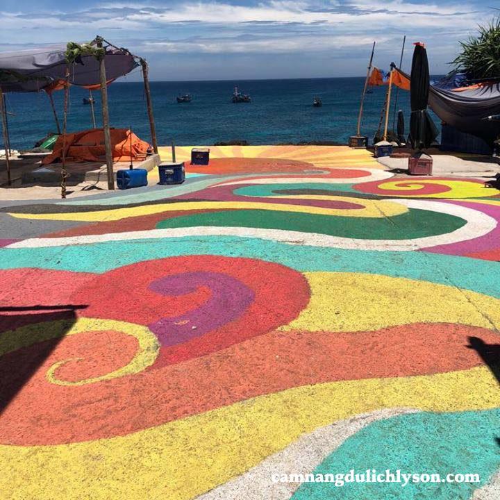 Nền đường đầy màu sắc ở Đảo Bé Lý Sơn