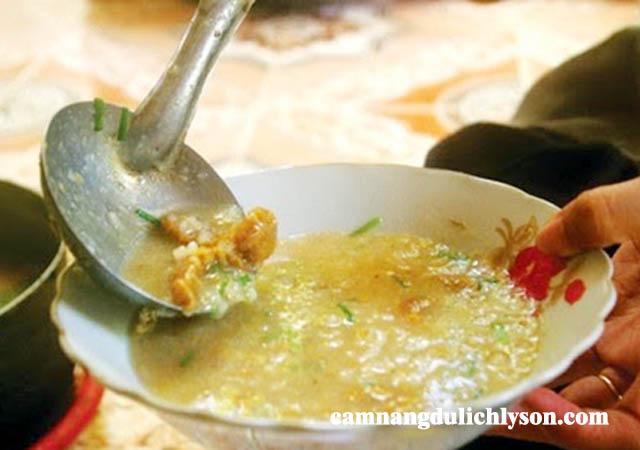 Du khách có thể dễ dàng ăn cháo nhum ở các quán ăn trên Đảo Lý Sơn