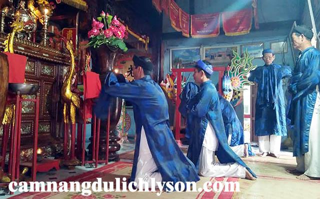 Lễ cúng trước khi dựng cây nêu tại Lý Sơn