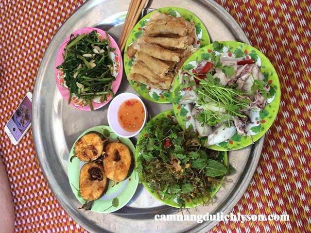 Bữa ăn tại Homestay Chu Công. Du khách có thể ăn luôn trên mâm mà không cần có bàn.