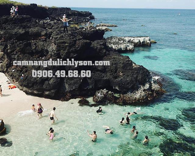 Tắm biển ở Bãi Sau Đảo Bé