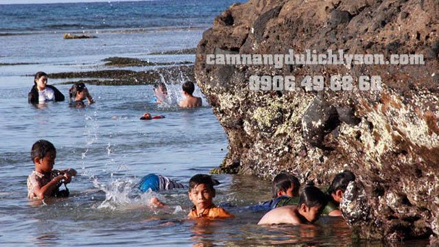 Tắm biển ở Hang Câu