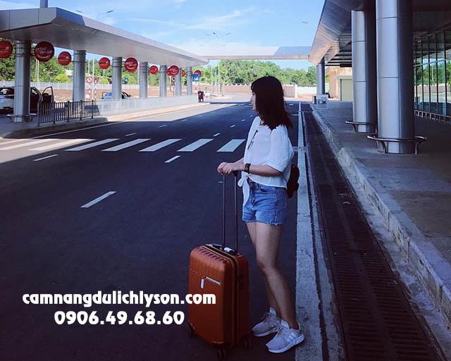 Chỉ cần máy bay hạ cánh là taxi sân bay Chu Lai đưa cả nhóm ra Cảng Sa Kỳ
