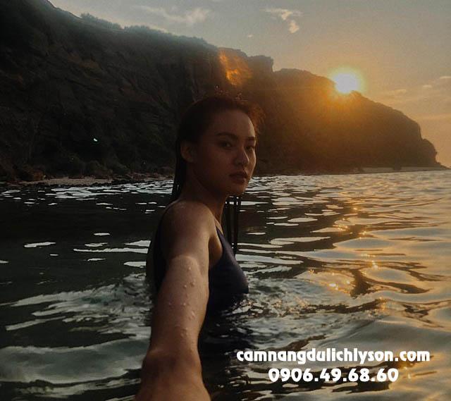 Tắm biển dưới ánh nắng hoàng hôn dần buông Hang Câu