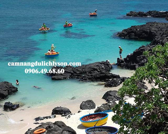 Từng đoàn thuyền thúng lặn san hô Đảo Bé