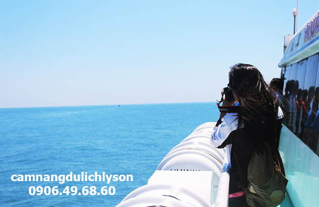 Ngắm biển trong chuyến tàu ra Đảo Lý Sơn
