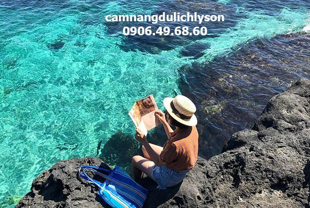 Nước biển ở bãi sau Đảo Bé trong xanh, bãi tắm tuyệt vời dành cho du khách.