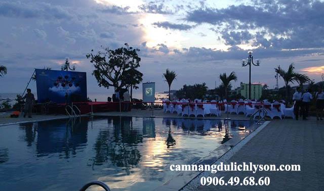 Tổ chức Gala Dinner tại hồ bơi của khách sạn